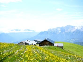Le refuge (à droite) et le bâtiment d'alpage